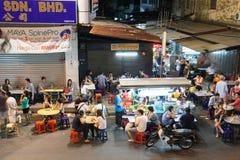 Folkmassan av folk som äter middag på gatamaten, stannar, Penang Fotografering för Bildbyråer