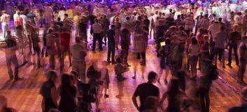 Folkmassan av folk visar Arkivfoto