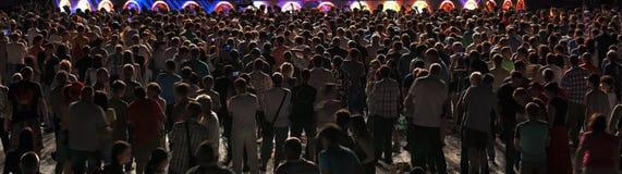 Folkmassan av folk visar Arkivfoton