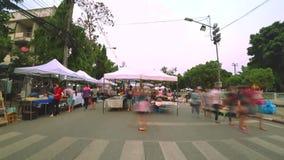 Folkmassan av handelsresanden går på att gå gatan, och gatamat på den Thanalai vägen och flagga och lampan för 75 årsdag parkerar stock video