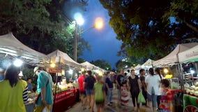 Folkmassan av handelsresanden går på att gå gatan, och gatamat på den Thanalai vägen och flagga och lampan för 75 årsdag parkerar arkivfilmer