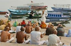 Folkmassan av hinduiskt folk och läraren ger en föreläsning om de riktiga ritualerna Royaltyfri Foto