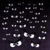 Folkmassan av ilskna ögon på en mörk bakgrund royaltyfri illustrationer