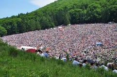 Folkmassan av katoliken vallfärdar sammankomsten för att fira pingstdagen Arkivbild