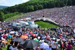 Folkmassan av katoliken vallfärdar sammankomsten för att fira pingstdagen Fotografering för Bildbyråer