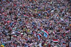 Folkmassan av katoliken vallfärdar sammankomsten för att fira pingstdagen Royaltyfri Bild