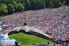 Folkmassan av katoliken vallfärdar sammankomsten för att fira pingstdagen Royaltyfria Bilder