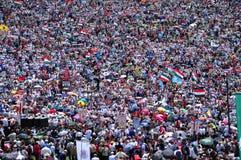 Folkmassan av katoliken vallfärdar sammankomsten för att fira pingstdagen Arkivbilder