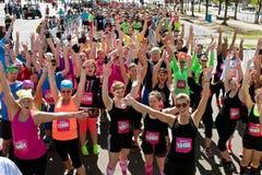 Folkmassan av löpare firar på starten av loppet för hinderkursen royaltyfria foton