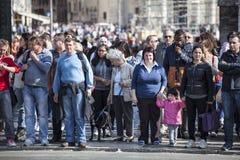 Folkmassan av lotter av turistfolk ställde upp Arkivbilder