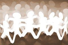 Folkmassan av pappers- kedjar folk Arkivbild