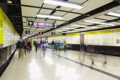 Folkmassan av passagerare går i den Tsim Sha Tsui stationen på 7 December 2015 MTR är det huvudsakliga gångtunnel- och drevsystem royaltyfri fotografi