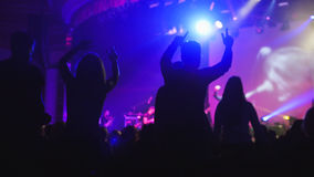 Folkmassan av skuggor av folk som dansar på konserten royaltyfri bild