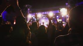 Folkmassan av skuggor av folk som dansar på konserten Fotografering för Bildbyråer