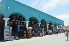 Folkmassan av souvenir shoppar i mycket slående byggnader på strandpromenaden av Santa Monica Juli 04, 2017 Lopparkitektur Holi Royaltyfria Foton