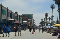 Folkmassan av souvenir shoppar i mycket slående byggnader på strandpromenaden av Santa Monica Juli 04, 2017 Lopparkitektur Holi Arkivbild
