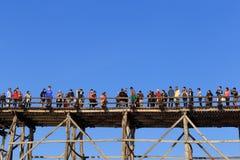 Folkmassan av turisten tycker om på träbron Arkivfoton