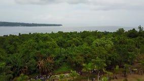 Folkmassan av vallfärdar vid minnesmärken på den Mansinam ön - Jesus stock video