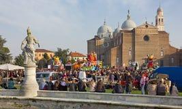 Folkmassan bland karnevalet svävar i Padua Royaltyfria Foton