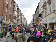 Folkmassan får klar för gatakarnevalet royaltyfri fotografi