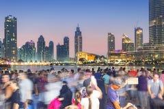 Folkmassan fotograferar den Dubai horisonten