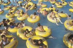 Folkmassan i vatten på att rasa bevattnar nöjesfältet, Los Angeles, CA Fotografering för Bildbyråer