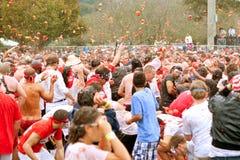 Folkmassan kastar tomater i massiv utomhus- matkamp Arkivbilder