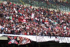 folkmassan luftar den milan stadionen Royaltyfria Bilder