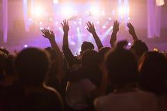 Folkmassan på konserten och suddiga etappljus, oväsen tillfogade senare in Royaltyfri Fotografi