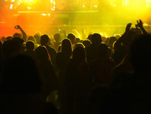 Folkmassan på vaggar konsert framme av den upplysta etappen Arkivbilder