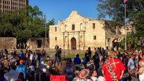 Folkmassan samlar för den årliga fiestaen San Antonio Celebration framme arkivbilder