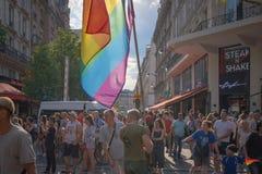 Folkmassan ser en flöte som kommer på Paris 2018 Gay Pride royaltyfri fotografi