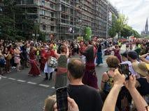 Folkmassan som deltar i karnevalet av kulturer, ståtar Karneval der Kulturen Umzug - en mångkulturell musikfestival i Kreuzberg, royaltyfria foton