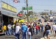 folkmassan visar den nascar säljaren för ventilatorer arkivbild
