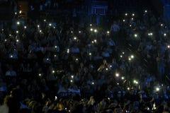 Folkmassaströmbrytare på ljus på mobiltelefoner på tribun under konserten för Viktor Drobysh den 50th årsfödelsedag på Barclay Ce Royaltyfria Foton