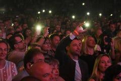 Folkmassaströmbrytare på ljus på mobiltelefoner på tribun under konserten för Viktor Drobysh den 50th årsfödelsedag på Barclay Ce Arkivfoto
