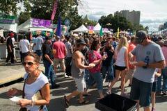 Folkmassor av folk deltar i en smak av Colorado arkivfoton