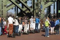 Folkmassor av folk, Hohenzollern bro, Cologne Royaltyfri Bild