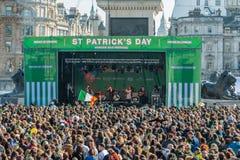 Folkmassor av folk lyssnar till en konsert och dansa Arkivbilder