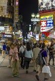Folkmassor av folk på den Shibuya korsningen i Tokyo, Japan Fotografering för Bildbyråer