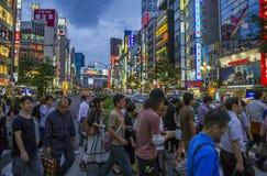 Folkmassor av folk på en korsning i Shinjuku, Tokyo, Japan Arkivfoton