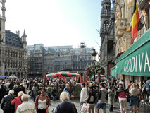 Folkmassor av folk på Grand Place i stad av Brussel Royaltyfria Bilder