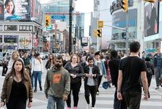 Folkmassor av folk sedd shopping i en kanadensisk stad royaltyfri bild