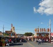 Folkmassor av folk som går nöjesgatan på en populär ståndsmässig mässa, Pennsylvania, USA Arkivbilder