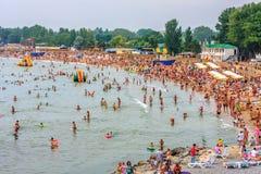 Folkmassor av folk som kopplar av på Black Sea den sandiga stranden i den Anapa badorten på solig sommardag royaltyfri fotografi