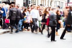Folkmassor av folk som korsar gatan Royaltyfri Foto