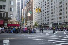 Folkmassor av folk väntande på 89th årliga Macy ståtar fotografering för bildbyråer