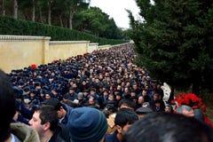 Folkmassor av kadetter och sörjanden på monumentet i Baku Arkivbild