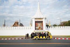 Folkmassor av sörjanden till fromheter för begravning av konungen Arkivfoto