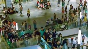Folkmassor av shoppare i gallerian för det nya året (som är på hög nivå av digitalt oväsen) Royaltyfria Bilder